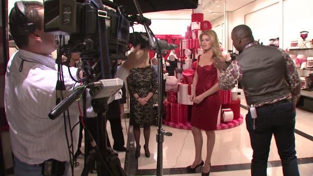 vídeos de stock, filmes e b-roll de doutzen kroes at the victoria's secret angels ribbon cutting ceremony for nyc flagship store at new york ny - supermodelo