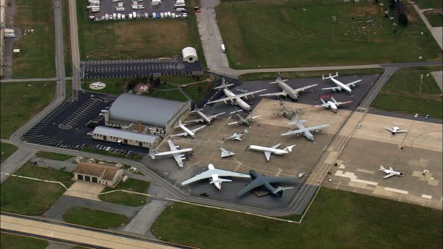 vídeos de stock e filmes b-roll de dover air force base  - aerial view - delaware,  kent county,  united states - exército americano