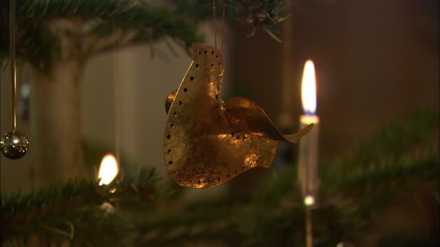 cu dove-shaped ornament on christmas tree / nuremberg, bavaria, germany - 真鋳点の映像素材/bロール