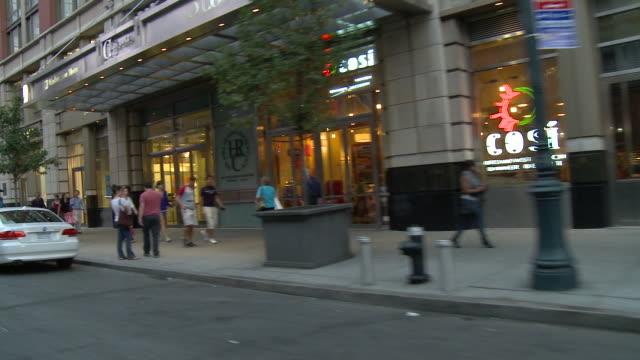 vídeos de stock, filmes e b-roll de ts down a manhattan street / new york city, new york, united states - starbucks