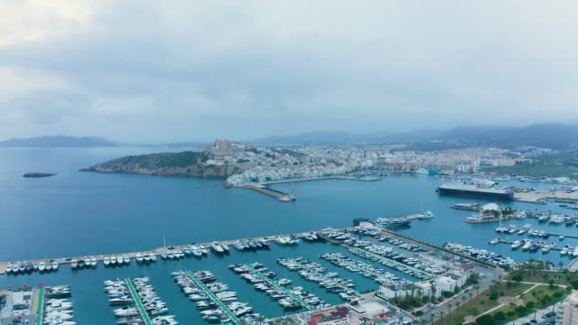 vídeos de stock e filmes b-roll de down on dalt vila - port of ibiza. 4k - marina