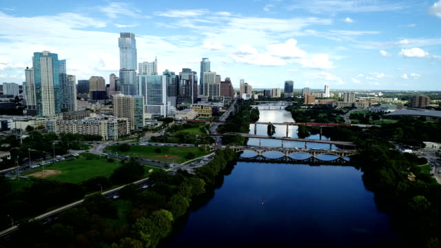 vídeos de stock e filmes b-roll de down the colorado river at austin , texas massive growing skyline cityscape complete 2018 aerial drone view - town