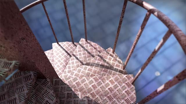 vídeos y material grabado en eventos de stock de por la escalera en espiral fuera de hierro - forma de barra