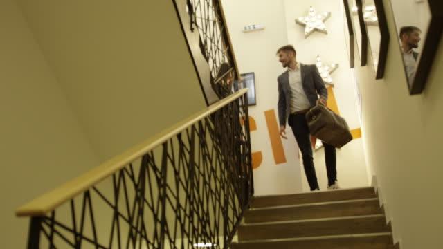 下の階段 4 k スローモーション - 階段点の映像素材/bロール