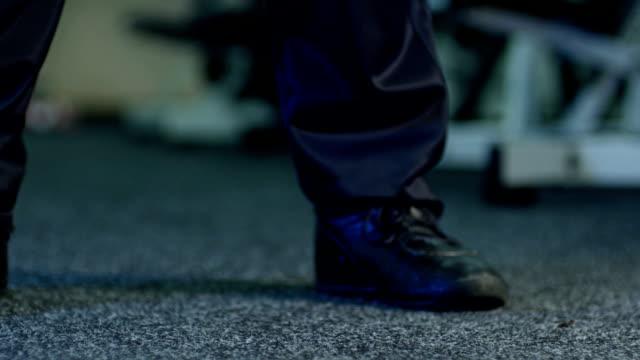 stockvideo's en b-roll-footage met down with blue kettlebell - laten zakken