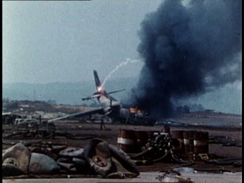 downed united states airplane on fire - 航空事故点の映像素材/bロール