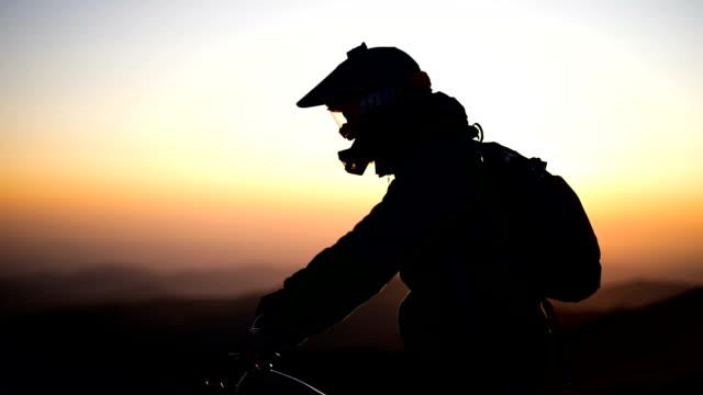 vidéos et rushes de vélo de montagne descendant à l'aube - mountain bike