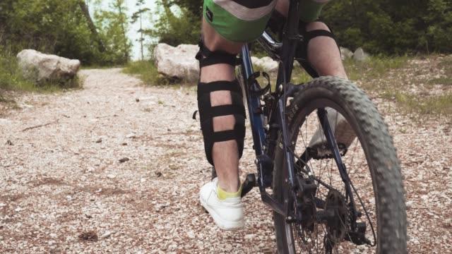 downhill mountain biking - gara off road video stock e b–roll