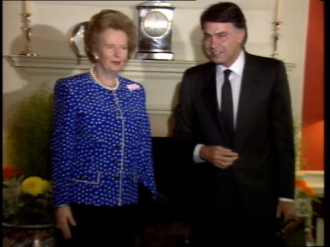 stockvideo's en b-roll-footage met 01 downing st no 10 prime minister margaret thatcher with felipe gonzalez spanish prime minister posing in front of fireplace gonzalez shakes sir... - geoffrey howe