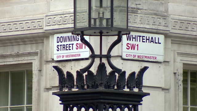 downing street and whitehall street signs - ロンドン ホワイトホール点の映像素材/bロール