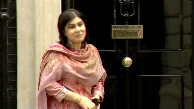 baroness sayeeda warsi pc arriving at no 10, standing on steps for photocall - 男爵夫人点の映像素材/bロール