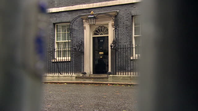 10 downing street during a rainy day - 10 downing street stock videos & royalty-free footage
