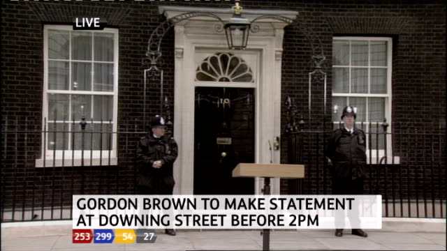 1330 1430 downing street ext front door of no10 with two police officers outside and podium in front - ジュリー エッチンガム点の映像素材/bロール