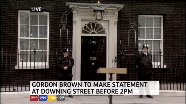 1230 1330 downing street ext live shot of door of no10 with podium outside - ジュリー エッチンガム点の映像素材/bロール