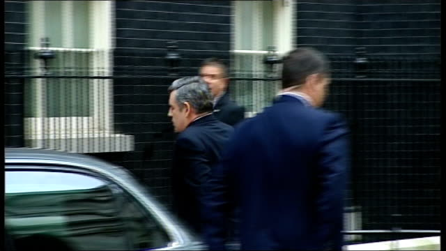 u'lay ext prime minister gordon brown mp from car to number 10 photography**** london at conservative party leader david cameron mp and wife samantha... - ニック クレッグ点の映像素材/bロール