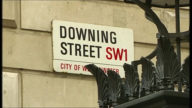 downing street general views; 03.2007 general views police at downing street gates / downing street and whitehall signs/ tourists along / police with... - letterbox stock-videos und b-roll-filmmaterial