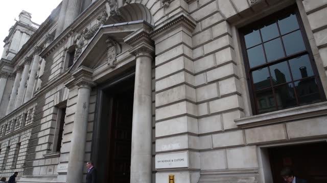 vídeos de stock e filmes b-roll de downing street, the official residence of david cameron, u.k. prime minister, in london, u.k., on thursday, march 12, 2015 - prime minister