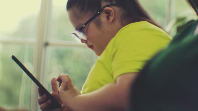 家族とダウン症候群 - 注意欠陥過活動性障害点の映像素材/bロール