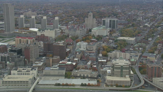 vídeos de stock, filmes e b-roll de aerial downtown albany / albany, new york, united states - edifício do governo local