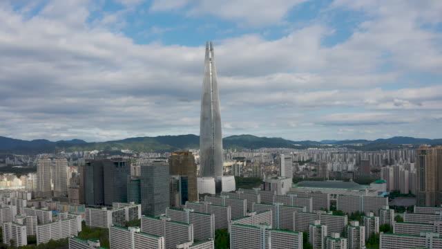 vídeos de stock e filmes b-roll de downtown area with lotte world and lotte world tower / jamsil-dong, songpa-gu, seoul, south korea - placa de nome de rua