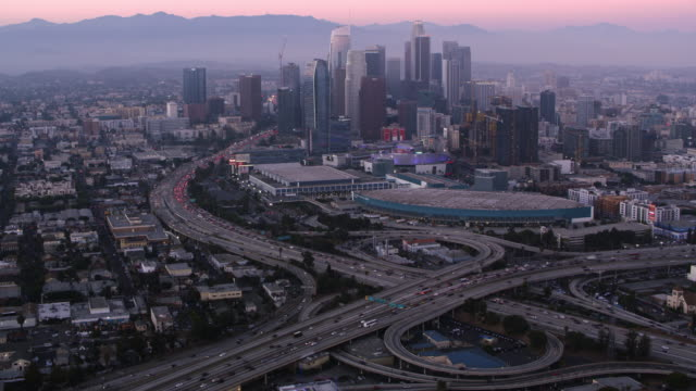 vídeos de stock e filmes b-roll de aerial  downtown la at dusk - sul da califórnia
