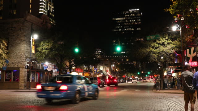 stockvideo's en b-roll-footage met downtown austin texas bij nacht - bar gebouw