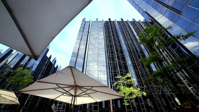 ダウンタウンの建築を背景に - 建物入口点の映像素材/bロール