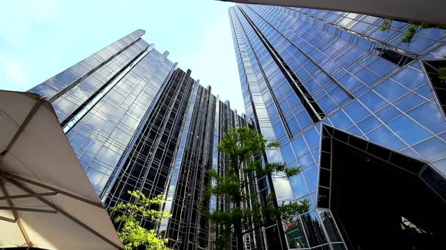ダウンタウンの建築物の強い日の背景 - 建物入口点の映像素材/bロール