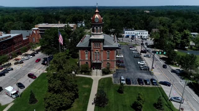 stockvideo's en b-roll-footage met downtown chardon ohio historic court house - ohio