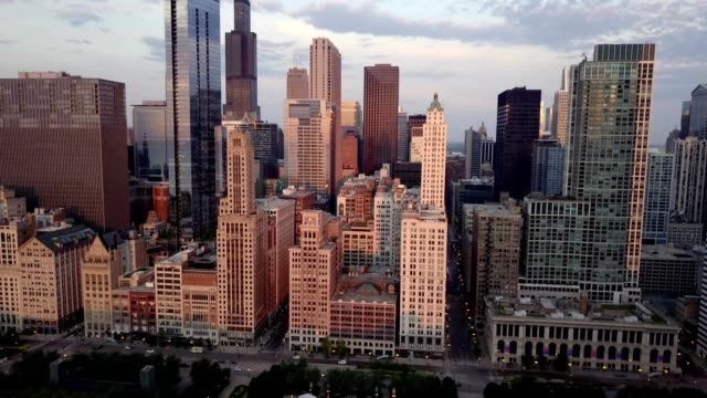 vidéos et rushes de downtown chicago and milenium park - chicago