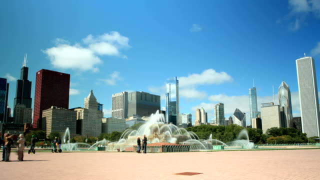 downtown chicago - buckingham fountain - buckingham fountain stock videos & royalty-free footage