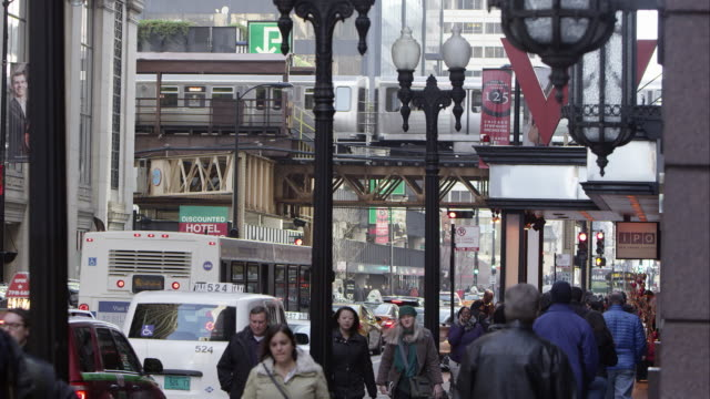 downtown chicago street, sidewalk, and l train. - 商業地域点の映像素材/bロール