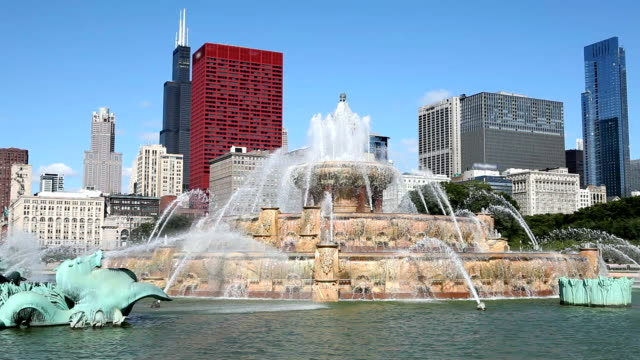 downtown chicago with buckigham fountain - buckingham fountain stock videos & royalty-free footage