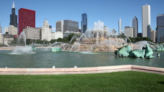 downtown chicago with buckingham fountain - buckingham fountain stock videos & royalty-free footage