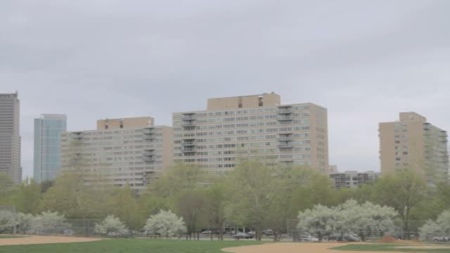 pan downtown city skyline behind lush, scenic park / philadelphia, pennsylvania, united states - 2000 2010 stil bildbanksvideor och videomaterial från bakom kulisserna