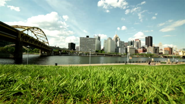 centro di paesaggio urbano dal riverside - pittsburgh video stock e b–roll