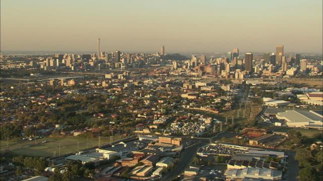 vídeos de stock e filmes b-roll de aerial ws downtown cityscape, johannesburg, gauteng, south africa - joanesburgo