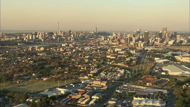 vídeos de stock, filmes e b-roll de t/l aerial ws downtown cityscape, johannesburg, gauteng, south africa - 2007