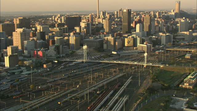 vídeos de stock e filmes b-roll de aerial ws td downtown cityscape with traffic on nelson mandela bridge, johannesburg, gauteng, south africa - joanesburgo