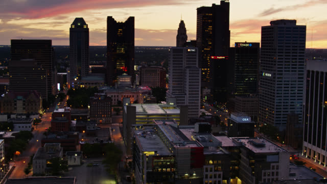 downtown columbus, ohio efter solnedgången - drone shot - ohio bildbanksvideor och videomaterial från bakom kulisserna