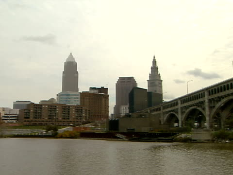 ws downtown cuyahoga river fg detroit superior bridge zi ms downtown w/ key tower bp tower terminal tower tallest - fiume cuyahoga video stock e b–roll