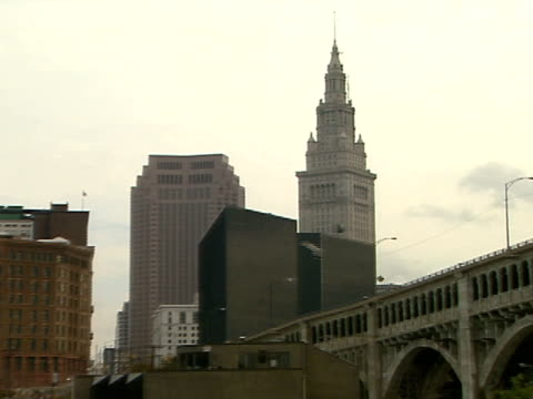 ws downtown cuyahoga river fg detroit superior bridge zi ms top terminal tower - fiume cuyahoga video stock e b–roll