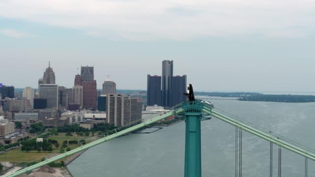 ダウンタウン デトロイト アンバサダー橋空中 - デトロイト点の映像素材/bロール