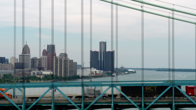 vidéos et rushes de antenne de downtown detroit ambassador bridge - détroit michigan
