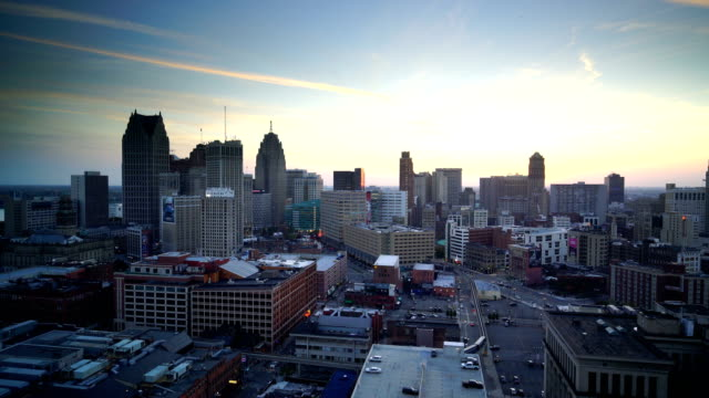 vidéos et rushes de downtown detroit au crépuscule dans le michigan usa - michigan