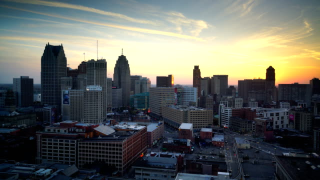 vidéos et rushes de downtown detroit au crépuscule dans le michigan usa - détroit michigan