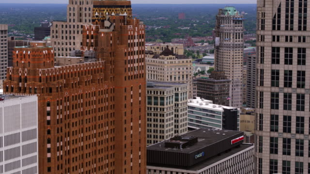 vidéos et rushes de antenne du centre detroit michigan - détroit michigan