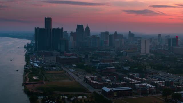vidéos et rushes de antenne de downtown detroit michigan renaissance center - detroit