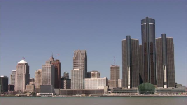 ミシガン州デトロイトのダウンタウン、アメリカ製。街並みを一望できます。できます。ウィンザー、カナダからの眺め。 - デトロイト点の映像素材/bロール