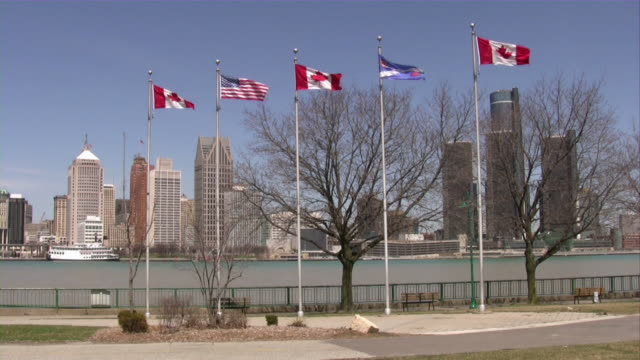 der innenstadt von detroit, michigan, usa. stadt. die skyline. blick von windsor, kanada. - detroit river stock-videos und b-roll-filmmaterial